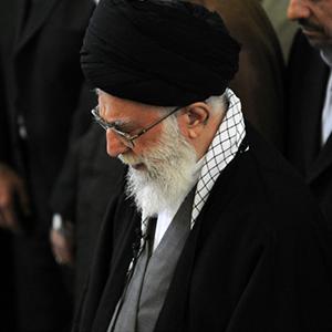 رهبر معظم انقلاب بر پیکر آیتالله هاشمی رفسنجانی نماز اقامه میکنند
