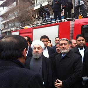 روحانی در محل حادثه پلاسکو حاضر شد