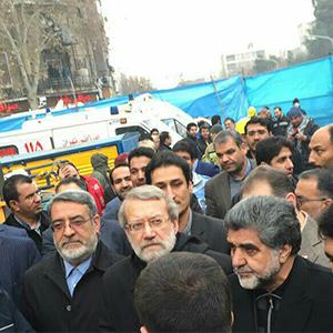 علی لاریجانی در محل حادثه پلاسکو حاضر شد