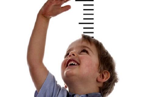 یک متخصص اطفال گفت: بعضی هورمونها و داروهای طبیعی در کودکی و نوجوانی میتواند سبب افزایش رشد قد کودکان شود. به گزارش پایان تیتر، علی محتشمی متخصص اطفال، اظهار کرد: والدین همواره تمایل دارند