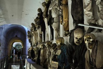 حیرتانگیزترین گورستان که جنازهها روی دیوارها ردیف شدهاند + تصاویر (۱۴+)