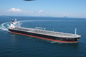 کشتی نفتکش توقیف شده با اسکورت و پرچم انگلیس تردد میکرد