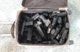 ۲۲ قبضه کلت کمری و ۲۰۰ فشنگ ۹ میلیمتری از قاچاقی اسلحه کشف شد + عکس